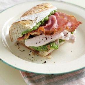 Sandwich avocat, poulet rôti, bacon