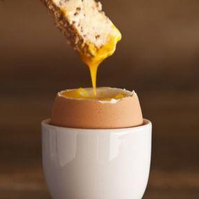 Les œufs  à la coque et mouillettes