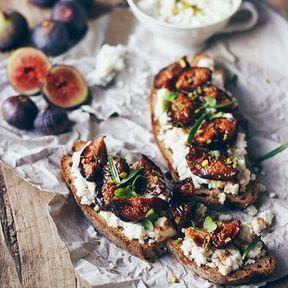 Tartine figues et fromage de chèvre frais