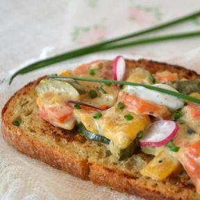 Tartine pain perdu, carottes, courgette, poivrons, oignon et fromage St Agur