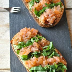 Tartine saumon fumé, salade verte et purée d'avocat