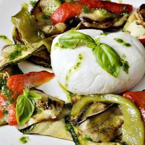 Salade de mozzarella, légumes grillés à la plancha et pesto