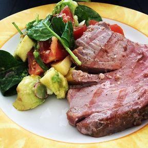 Steak de thon rouge à la plancha et salade d'avocat