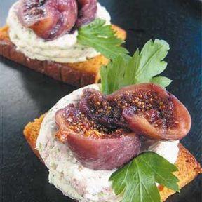 Pain d'épices grillé et sa mousse de chèvre, figues séchées au parfum de jasmin