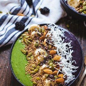 Smoothie bowl lait de coco, chou kale et myrtilles