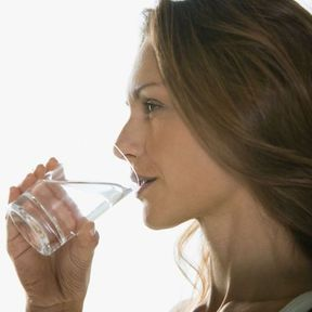 Buvez de l'eau dans un grand verre