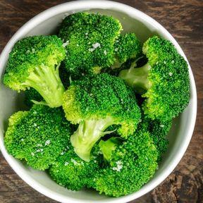 Emballez le céleri et le brocoli