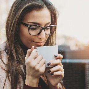 Boire un café et du thé vert