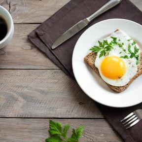 Un œuf au petit-déjeuner
