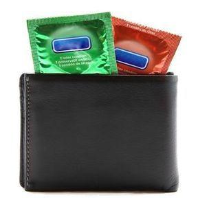 Glisser un préservatif dans son portefeuille