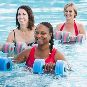 Faire des exercices dans une piscine chauffée