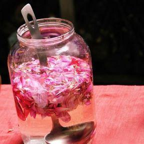 Un cataplasme d'eau de rose et d'huile essentielle de santal