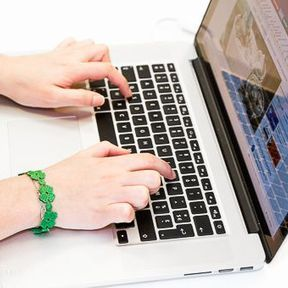 La frappe à deux doigts sur le clavier