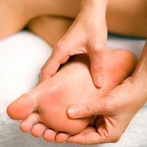 Stimuler deux points de réflexologie sous le pied