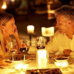 Un dîner romantique aux chandelles (bougies)