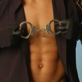 La paire de menottes du policier