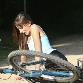 Tomber sur la barre du vélo
