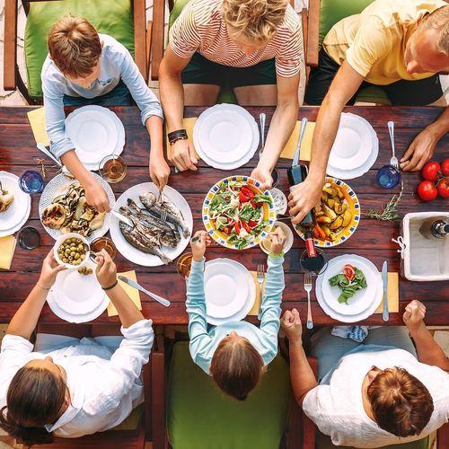 Etre en famille ou entre amis nous inciterait à manger davantage