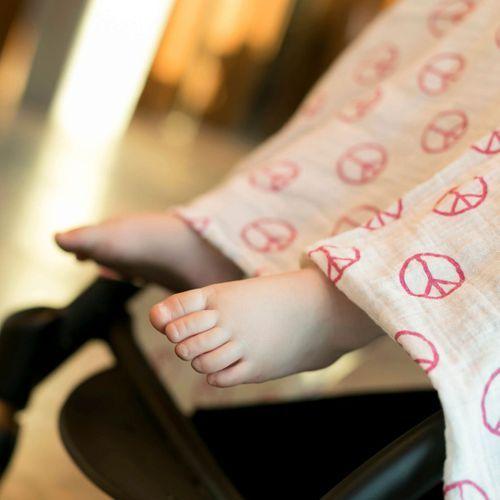 Recouvrir la poussette avec un lange : c'est dangereux pour Bébé