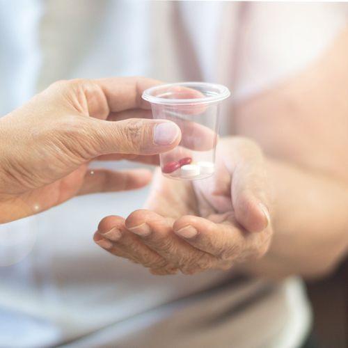 Médicaments anti-Alzheimer : 4 d'entre eux seront bel et bien déremboursés, tranche le Conseil d'Etat