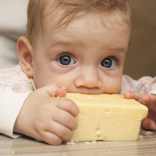 Fromage au lait cru : à quel âge en donner sans risque à un enfant ?