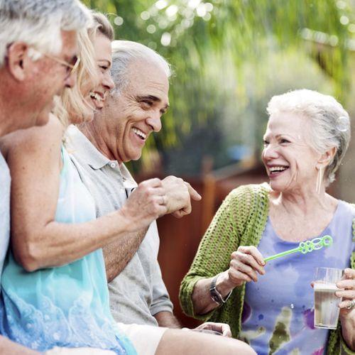 Les seniors s'épanouissent davantage au sein de petits cercles d'amis