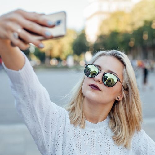 Pourquoi les personnes qui se prennent en selfie ont tendance à centrer la photo sur leur oeil gauche ?