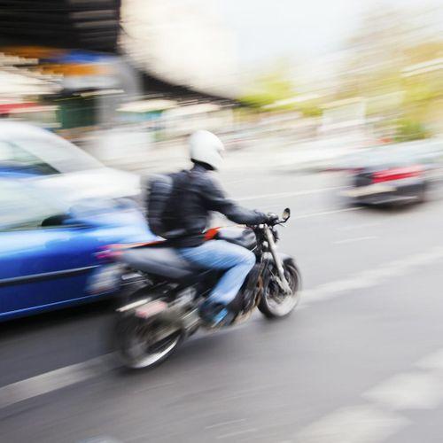 La moto reste le mode de transport le plus dangereux en ville, même avec le port du casque