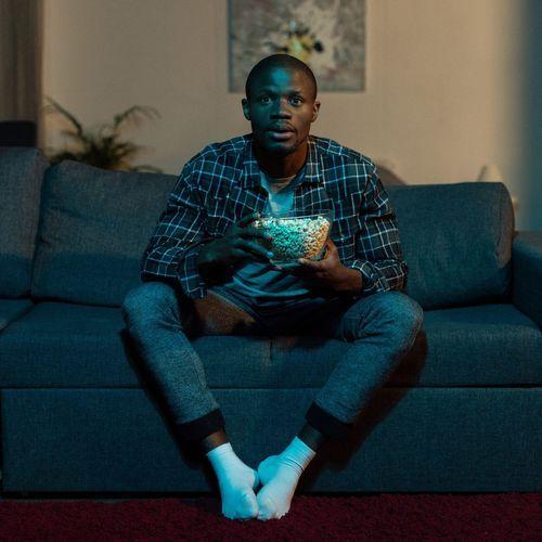 Maladies cardiovasculaires : plus de risques en restant assis devant la télé que derrière un bureau